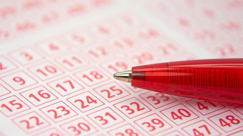 Kuli, Kugelschreiber liegt auf Lottoschein, Lottozahlen zum Ankreuzen