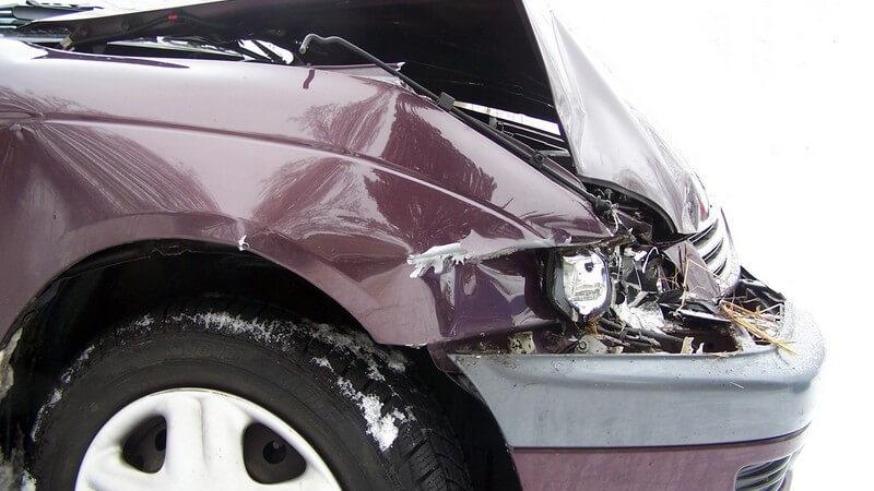 Nahaufnahme Autohaube mit Frontschaden
