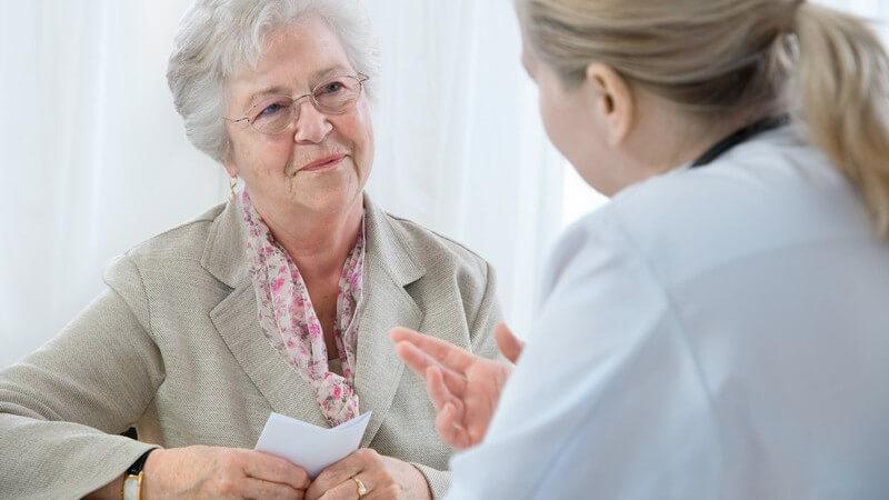 Patientengespräch, Ärztin erklärt einer älteren Patienten etwas