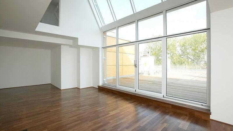 Einsicht moderner Wohnraum mit dunklem Parkett, großem Fenster