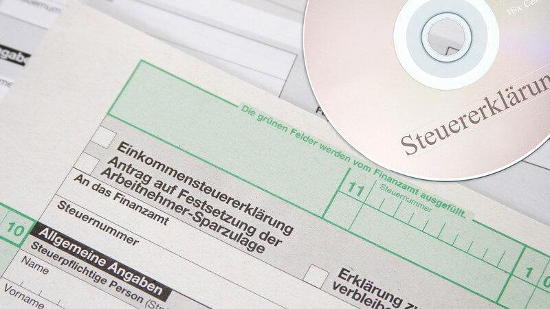 Nahaufnahme Cd Steuererklärung neben Formular zur Einkommensteuererklärung