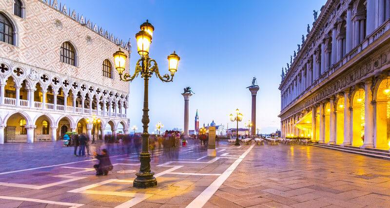 Der beleuchtete Platz Piazzetta San Marco mit dem Dogenpalast (Palazzo Ducale) in Venedig am Abend