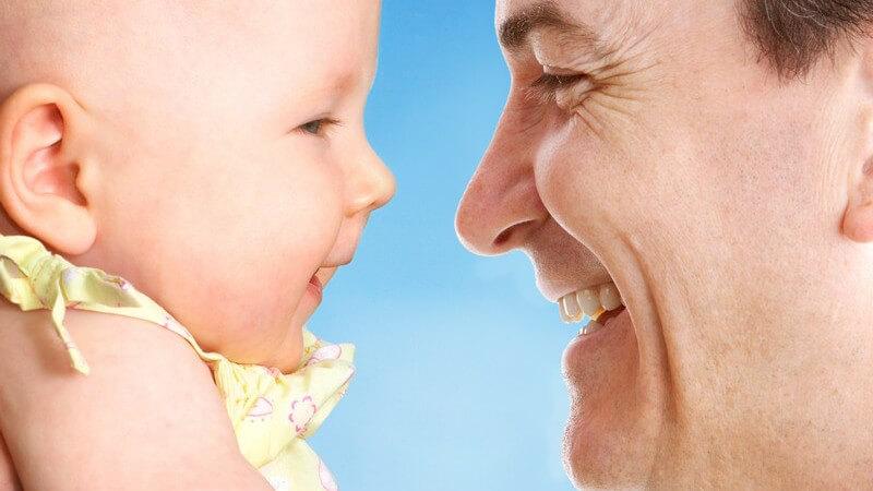 Nahaufnahme Vater mit Baby, lächelnd
