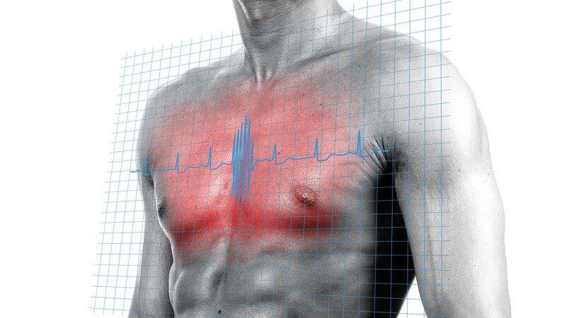 Oberkörper eines muskulösen Mannes mit rotgefärbter Brust und Herzfrequenz