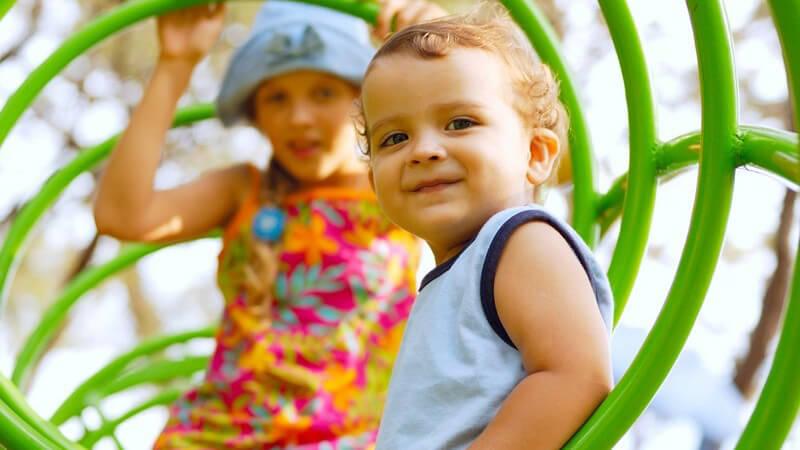 Kinder auf Klettergerüst am Spielplatz