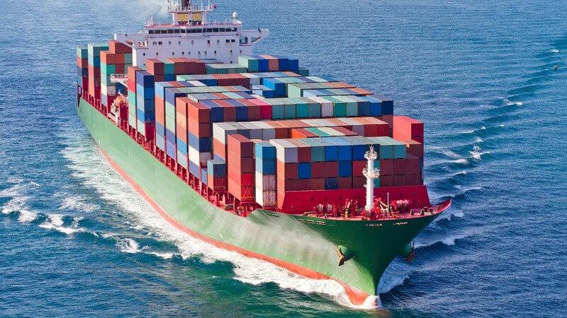 Beladenes Containerschiff auf dem Wasser