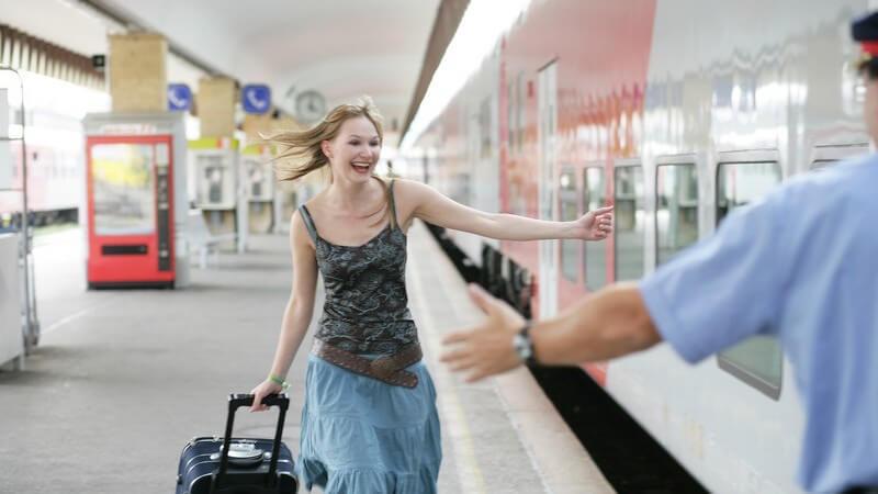 Frau mit Rollkoffer erwischt in letzter Sekunde ihren Zug