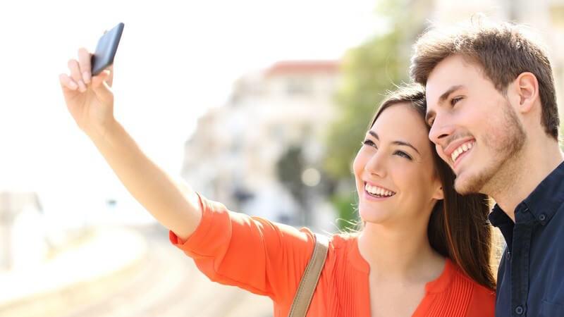 Junges Touristenpaar macht ein Selfie mit dem Smartphone