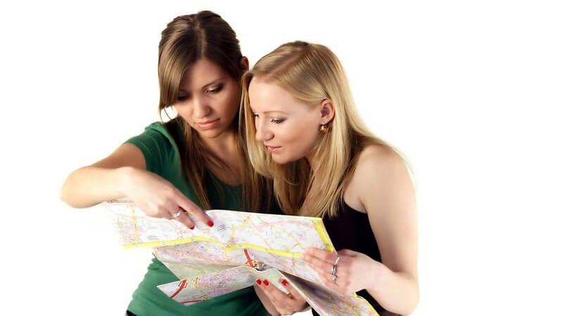 Zwei junge Freundinnen schauen auf Stadtplan