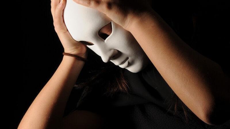 Junge Frau in schwarz mit weißer Gesichtsmaske, Theater