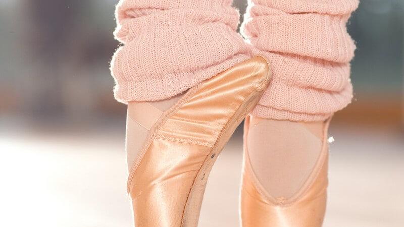 Nahaufnahme zwei Füße in Ballettschuhen auf den Spitzen