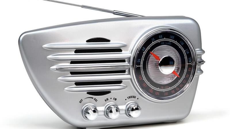 Altmodisches Radio auf weißem Hintergrund
