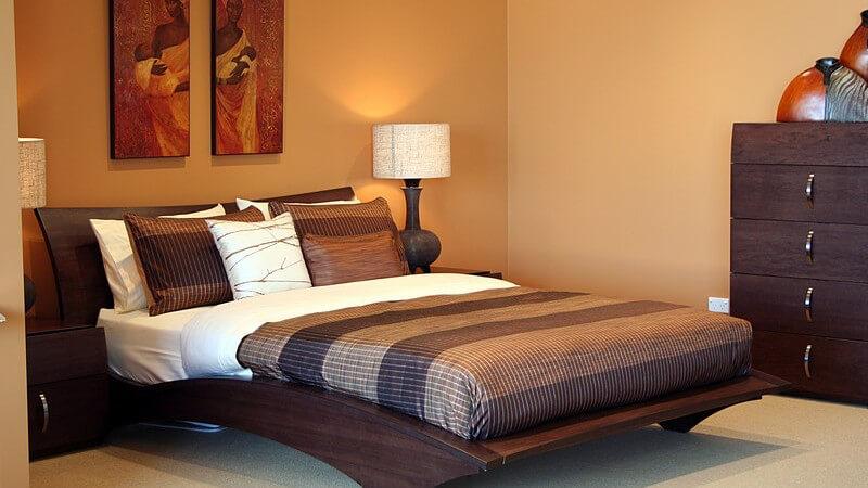 Doppelbett im Schlafzimmer, dunkle Holzmöbel