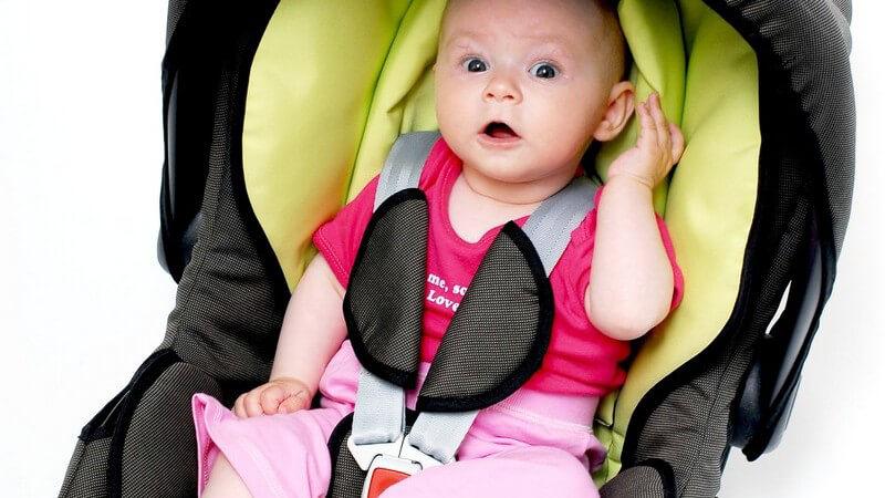 Baby sitzt im Autokindersitz