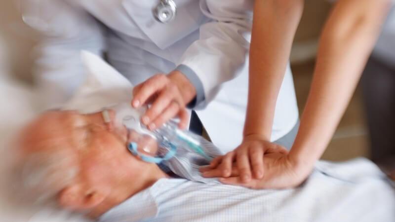 Alter Mann im Krankenhaus wird von Ärzten wiederbelebt, Herzinfarkt