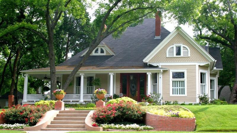 Luxuriöses großes Haus mit überdachter Veranda und Vorgarten