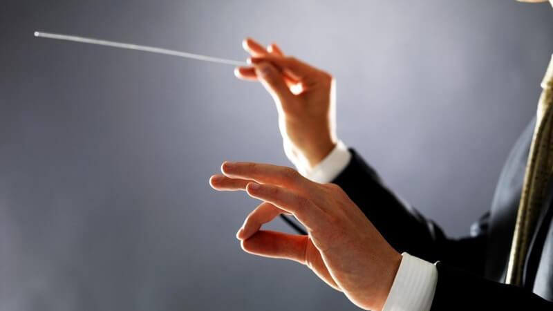 Hände beim Dirigieren mit Taktstock