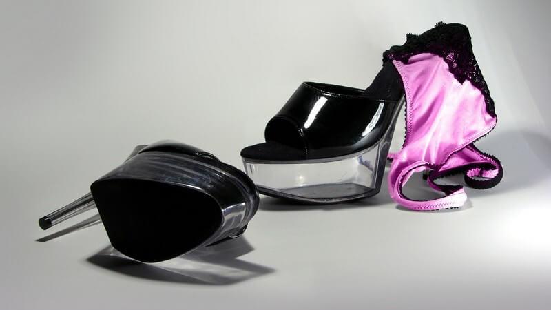 Schwarze Plateau-High Heels, Pinker Slip
