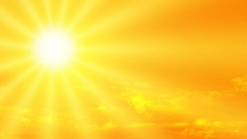 Gelber Himmel mit strahlendem Sonnenschein