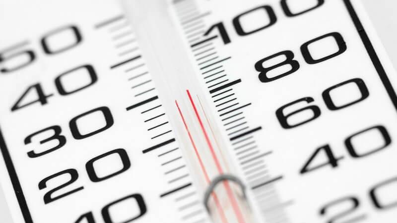 Nahaufnahme Anzeige Thermometer mit 28°C, daneben Fahrenheit Anzeige