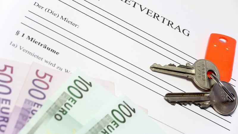 Schlüsselbund und Geldscheine auf Mietvertrag