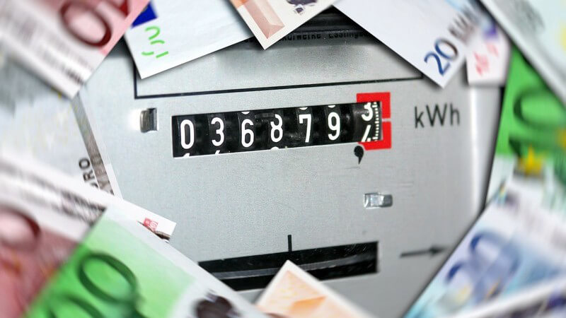 Stromzähler umgeben von Euro-Scheinen