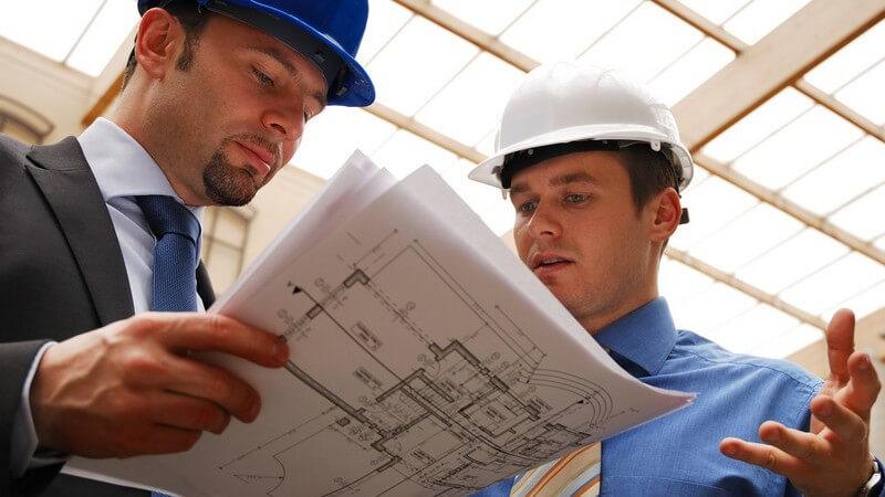 Gespräch über Bauplan zwischen Architekt und Investor