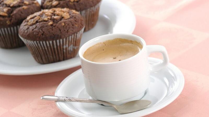 Tasse Kaffee und Schokoladen Muffins auf Teller auf Tisch