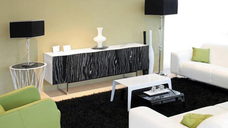 Einsicht modernes Wohnzimmer mit grünen, weißen und schwarzen Möbeln