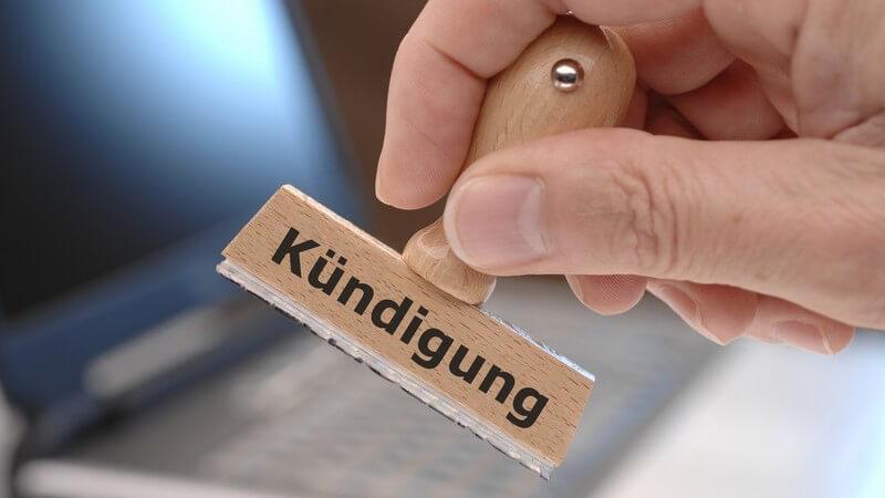 Kleiner Holzstempel mit Aufschrift Kündigung