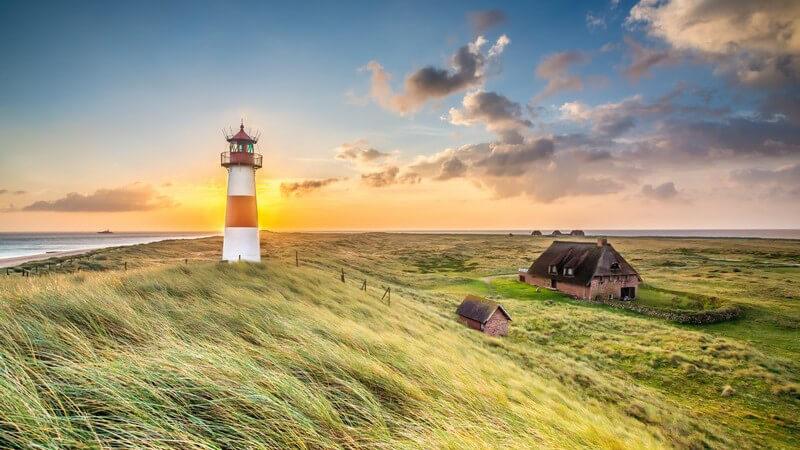 Leuchtturm in List auf der Insel Sylt bei Sonnenaufgang