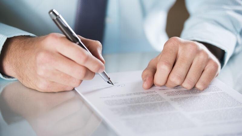 Geschäftsmann unterzeichnet Vertrag