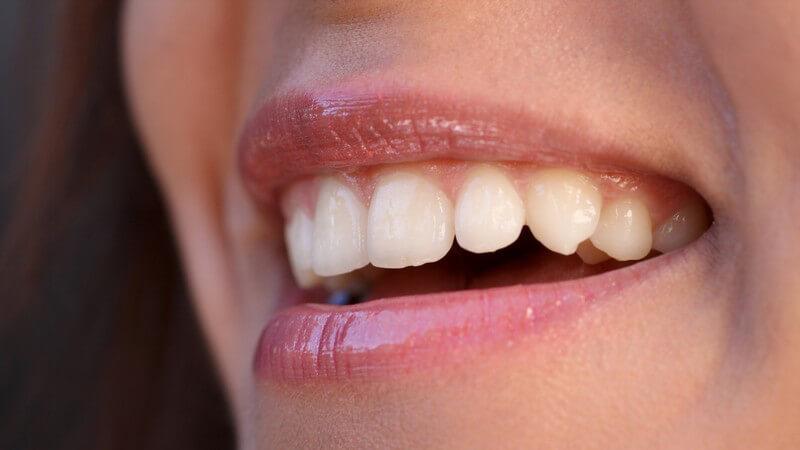 Lachender Mund einer Frau, gesunde Zähne, Lipgloss auf Lippen