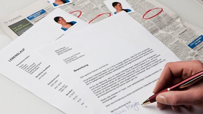 Bewerbungsschreiben, Lebenslauf, Passfotos, Stellenanzeigen in Zeitung