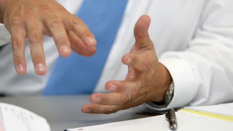 Hände eines Geschäftsmanns beim Argumentieren