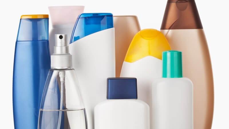 Kosmetika: Flaschen mit Shampoo, Duschgel, Bodylotion, Parfüm