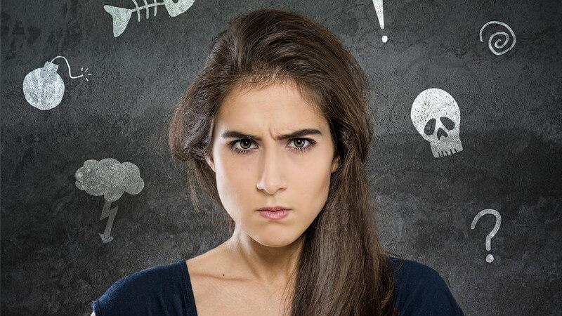 Junge Frau mit verärgertem, wütendem, aufgebrachtem Gesichtsausdruck