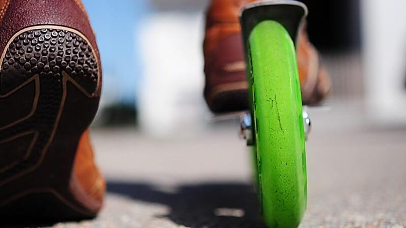 Kickboard von hinten, Nahaufnahme grüner Reifen