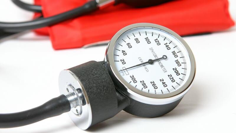 Nahaufnahme Blutdruck Messgerät auf weißem Hintergrund