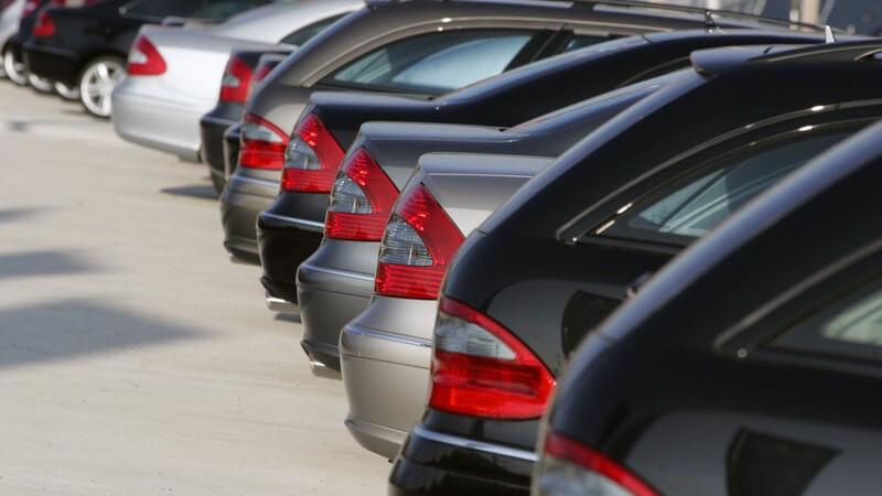 Reihe von Neuwagen für Verkauf auf Parkplatz