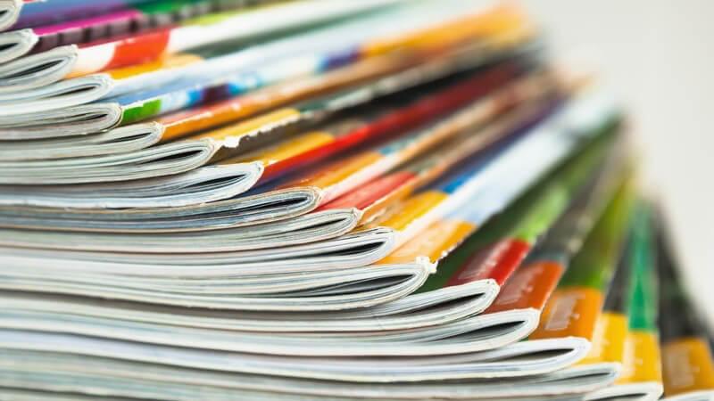 Aufgefächerte Zeitschriften in bunten Farben