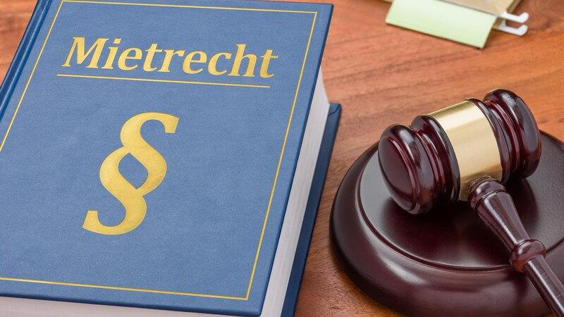 """Blaues Gesetzbuch mit der Aufschrift """"Mietrecht"""" neben einem Richterhammer"""