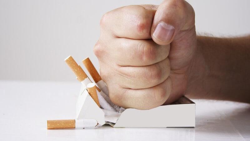 Faust schlägt auf Zigarettenpackung