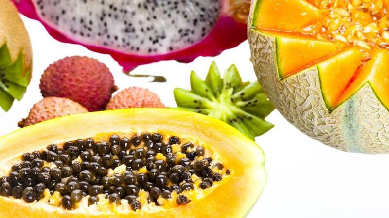 Exotische Früchte wie Papaya, Granatapfel, etc. auf weißem Hintergrund