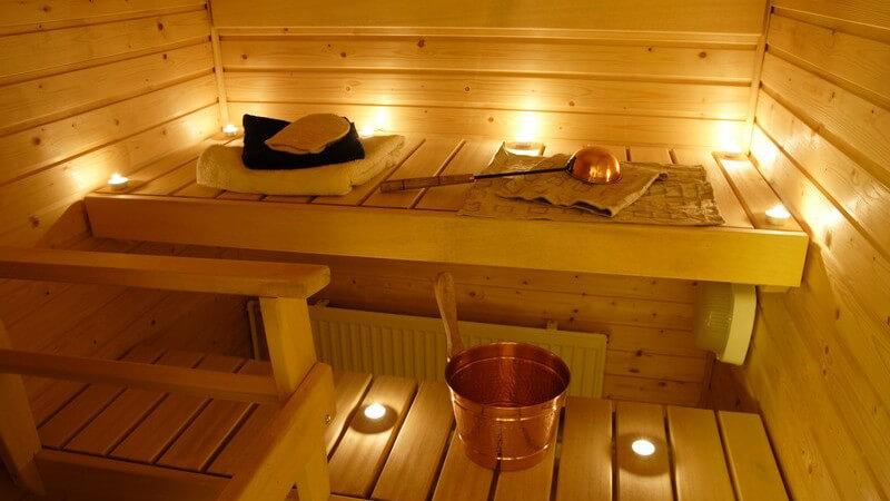 Einsicht in finnische Sauna mit Teelichtern