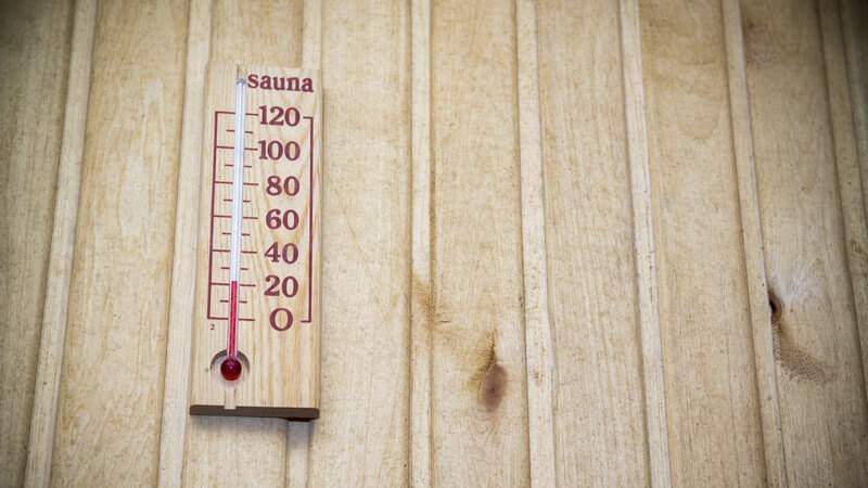 Holz-Thermometer an der Holzwand einer Sauna
