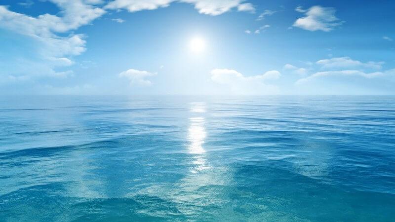 Die Sonne scheint und spiegelt sich über dem blauen Ozean