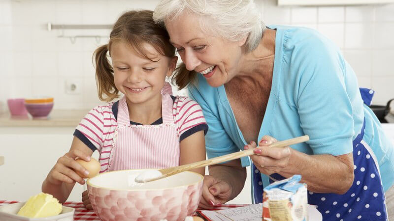 Großmutter und Enkelin beim Backen in der Küche