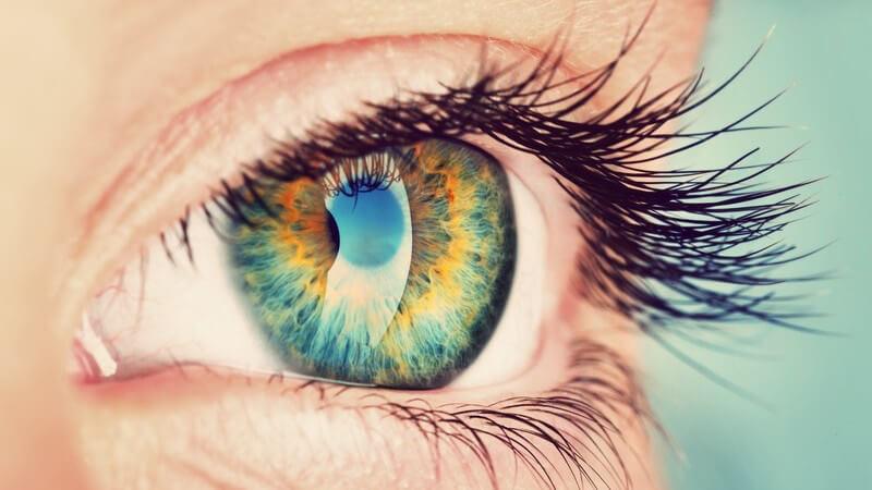 Nahaufnahme des spiegelnden Auges einer Frau