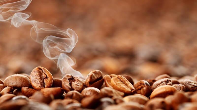 Frisch geröstete Kaffeebohnen, Dampf steigt hoch